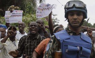 Une manifestation d'Haïtiens souhaitant l'annulation du premier tour de l'élection présidentielle devant un camp de l'ONU à Port-au-Prince le 7 janvier 2011.