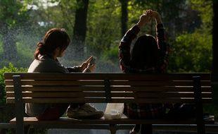 Des femmes assises sur un banc. Illustration