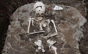 Un pieu en métal a été planté à l'emplacement du coeur de cet homme dont la tombe du 13e siècle a été découverte dans le sud de la Bulgarie, près de la frontière grecque.