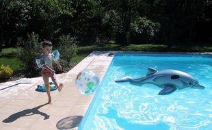 Un enfant au bord d'une piscine, à Tours (image d'illustration).