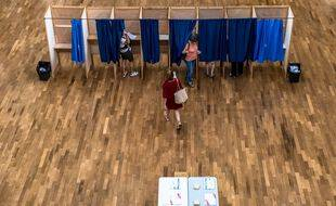 Des isoloirs à Lyon lors du premier tour des élections régionales et départementales de 2021.