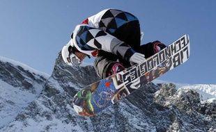 Le snowboarder français Mathieu Crépel en plein saut, lors de la Coupe du Monde de half-pipe, où il a terminé deuxième, le 5 novembre, à Saas Fee (Suisse).