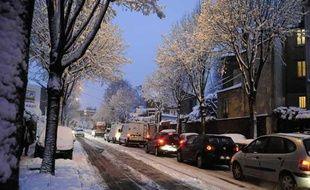 Des voitures bloquées par la neige à Clamart (Hauts-de-Seine) le 8 décembre 2010.