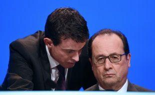 Le Premier ministre Manuel Valls s'adresse au président Hollande le 18 novembre 2015, lors d'une rencontre à Paris