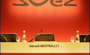 """Le gouvernement disposerait d'une liste d'entreprises, dont une dizaine de grands groupes du CAC 40, qui seraient des cibles potentielles d'OPA (offres publiques d'achat), affirme le quotidien La Tribune dans son édition datée de vendredi. Les services de renseignements et d'intelligence économique auraient établi """"dès novembre"""" une liste d'une dizaine d'entreprises du CAC 40, dont le numéro deux mondial de l'acier Arcelor, cible fin janvier d'une OPA du numéro un Mittal Steel, et Suez (énergie-environnement), convoité par l'italien Enel et qui a annoncé cette semaine son projet de fusion avec GDF."""