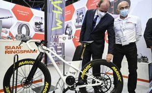 Face à la pénurie, Jean Castex essaie discrètement de voler une roue pour son vélo.