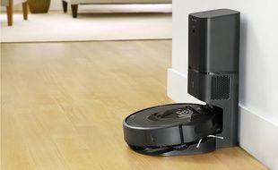 Le Roomba i7+ vide son collecteur de poussière sur sa base à chaque recharge.