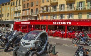 Reconnaissable à son mobilier rouge, le café Sénéquier est célèbre dans le monde entier.