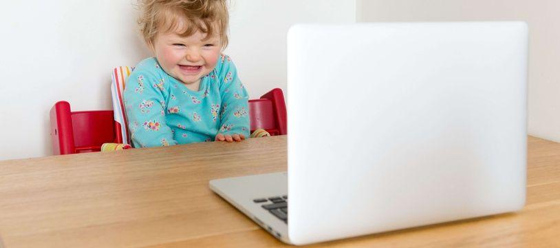 Photo d'illustration - Un enfant en bas âge face à un écran d'ordinateur.