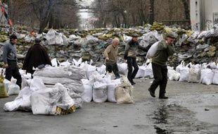 Des opposants renforcent les barricades avec des sacs de sable le 17 février 2014 à Kiev