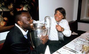 Bernard Tapie, President de l'O.M tient avec Basile Boli la coupe d'Europe d     e football gagnee contre le Milan A.C. Marseille, FRANCE - 27/05/1993.