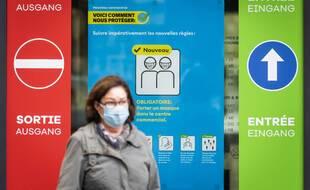 Une affiche expliquant les gestes barrières, dans les rues de Fribourg en Suisse le 16 octobre 2020.
