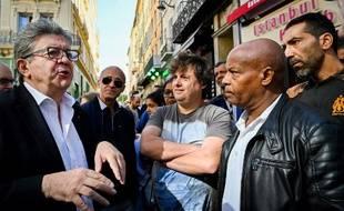 Le leader de La France Insoumise (LFI) Jean-Luc Melenchon discute avec des passants à Marseille, le 5 octobre 2019.