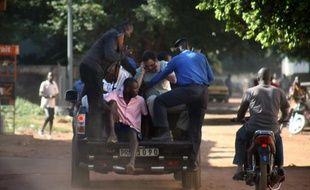 Des forces de sécurité maliennes évacuent des otages sortis de l'hôtel Radisson, le 20 novembre 2015 à Bamako