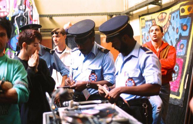 After à l'hôpital St-Louis, Paris, 1992. Olivier Degorce : « Les flics ont débarqué, il faisait jour, il n'y avait pas grand monde. Je les ai suivis et je me suis rapproché, mais ils ne m'ont pas vu prendre cette photo. J'ai pris le temps de la cadrer celle-ci. Sur la pellicule, sur la photo qui suit, on voit que la fête s'arrête sur le disque