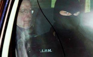 Michel Fourniret à son arrivée à la prison de Charleville-Mézières après avoir été condamné à perpétuité incompressible, le 28 mai 2008.