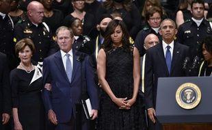 (de d à g) Le président américain Barack Obama, son épouse Michelle Obama, l'ex-président George W. Bush et son épouse Laura Bush, le 12 juillet 2016 à Dallas
