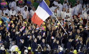 Teddy Riner et la délégation française défilent à Rio le 5 août 2016.
