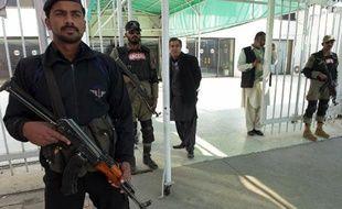 Des forces de sécurité à l'entrée du bâtiment du Parlement à Islamabad, le 6 janvier 2015