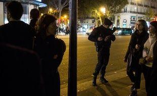 Illustration: Un policier dans la rue à Paris.