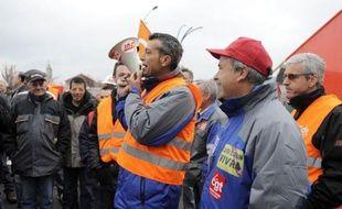 Pour la troisième fois en cinq semaines, des métallurgistes de l'aciérie ArcelorMittal de Florange (Moselle) ont empêché mercredi l'accès aux bâtiments administratifs du site