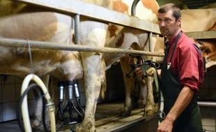 Jérôme Guibert, producteur de lait, à Laguiole dans sa ferme, le 14 août 2015