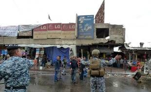 La police sécurise le lieu d'un attentat suicide à Bagdad le 7 février 2015