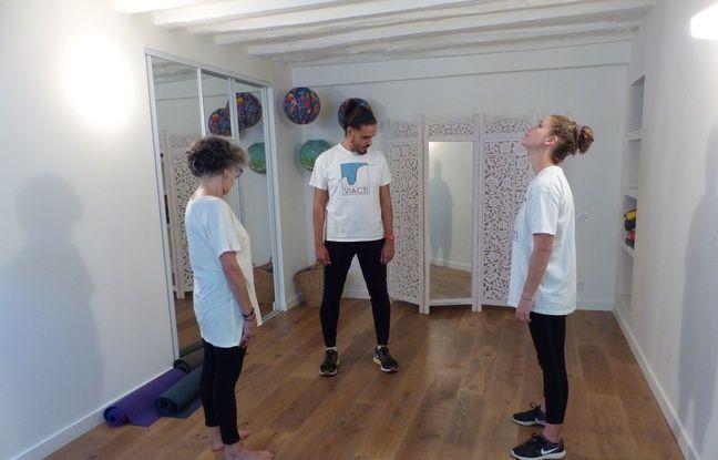 Etirements, assouplissements, rouds de jambe et marche rapide au programme de ce cours d'activité physique adaptée au Centre Ressource de Paris.