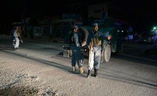 Des policiers afghans devant le Park Palace, une résidence attaquée le 13 mai 2015 par des talibans à Kaboul