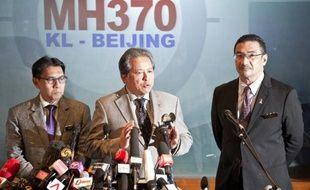 Les ministres malaisiens des Affaires étrangères Anifah Aman et de la Défense et des Transports Hishammuddin Hussein lors d'une conférence de presse le 18 mars 2014 à Kuala Lumpur