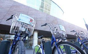 Des vélos en libre-service de Keolis. Ici le Vélo Star, devant les Champs Libres à Rennes.