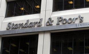 """L'agence d'évaluation financière américaine Standard ans Poor's a annoncé lundi qu'elle envisageait d'abaisser la note de solvabilité à long terme des six pays de la zone euro notés """"AAA"""" et celles de neuf autres pays de la zone."""