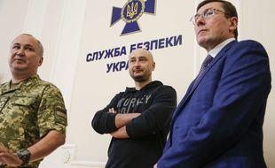 Le journaliste russe Arkadi Babtchenko (centre) est bel et bien vivant.