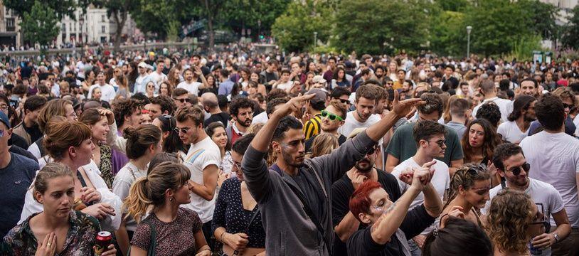 De nombreuses personnes se sont rassemblées jardin Villemin à Paris pour célébrer la Fête de la musique, le 21 juin 2020