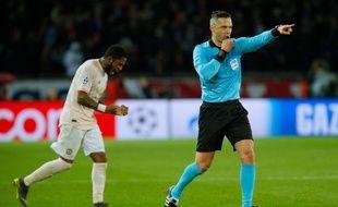 L'arbitre Damir Skomina siffle penalty pour Manchester face au PSG, à la toute fin du match retour des 8es de finale de Ligue des champions.