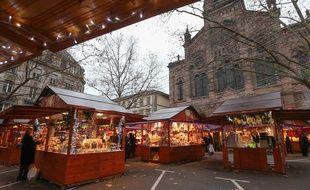 Chalets du marché de Noël de la place du Temple Neuf à Strasbourg. (Illustration)