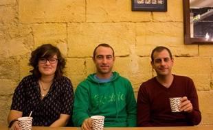 Les trois amis qui entreprennent d'ouvrir une auberge de jeunesse privée à Bordeaux.