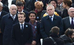 L'ancien Premier ministre (au 3e rang derrière Emmanuel Macron et Jean-Yves Le Drian n'avait pas particulièrement l'air réjoui...