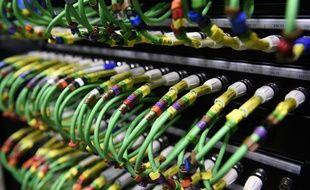 Des câbles connectés à l'unité centrale d'un ordinateur (image d'illustrration).