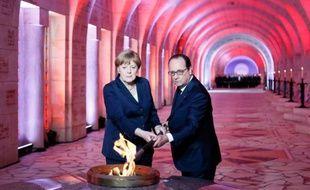Le président français François Hollande et la chancelière allemande Angela Merkel lors d'une cérémonie dans l'ossuaire de  de Douaumont (nord-est), le 29 mai 2016