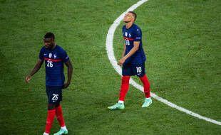 Kylian Mbappé et Marcus Thuram à la fin du match contre la Suisse synonyme d'élimination de l'Euro 2021, à Bucarest le 28 juin 2021.