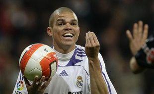 Le défenseur portugais du Real Madrid, Pepe, lors d'un match contre Valence, le 23 mars 2008.