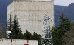 """Des militants de Greenpeace ont survolé mardi en parapente la centrale nucléaire de Garoña, la plus ancienne d'Espagne, pour dénoncer le """"manque de sécurité"""" de cette installation dont le gouvernement a décidé de prolonger l'exploitation pour cinq ans."""