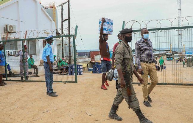 648x415 un militaire attend au port de pemba des refugies de la ville de palma au mozambique le 1er avril