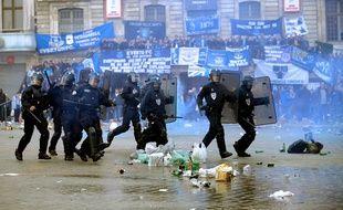 Des CRS sur la Grand-Place de Lille, occupée par des supporters d'Everton, le 23 octobre 2014.