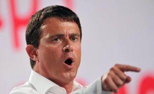 """Le ministre de l'Intérieur Manuel Valls a fait samedi à l'université d'été du PS à La Rochelle une intervention très applaudie sur """"l'ordre républicain"""" et la sécurité, confirmant qu'il allait poursuivre les démantèlements de camps de Roms."""