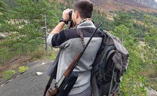 Un agent de l'ONCFS tente de repérer un loup, en novembre 2019, dans les Alpes.