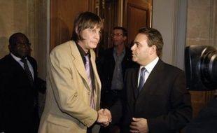 """Nicolas Sarkozy a déclaré mercredi soir que le conflit sur la réforme des régimes spéciaux de retraites devait """"s'arrêter le plus vite possible"""", alors que la plupart des syndicats des cheminots et la CGT de la RATP ont appelé à la poursuite de la grève jeudi."""