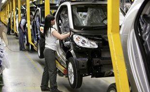 Une salariée de Smart sur la ligne de production de la Fortwo à l?usine de Hambach en Lorraine en février 2011.