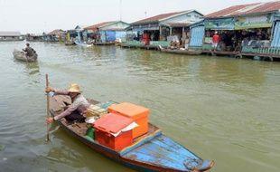 Des générations de pêcheurs cambodgiens ont vécu dans les villages flottants du Tonlé Sap, le plus grand lac d'eau douce d'Asie du sud-est. Mais la raréfaction du poisson pousse les jeunes à mettre pied à terre, menaçant un mode de vie ancestral.
